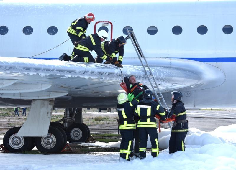 В одесском аэропорту спасатели отработали действия по ликвидации условной чрезвычайной ситуации …