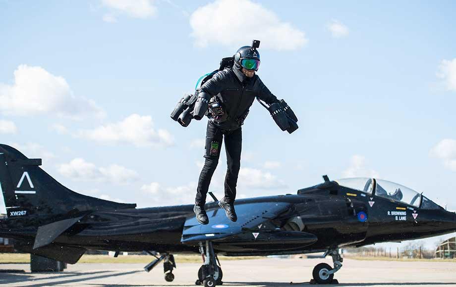 Летающий костюм испытали на британском авианосце