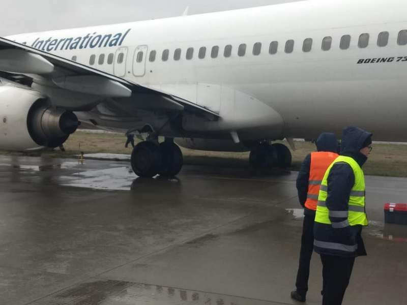 В аэропорту Львов самолет выкатился за пределы ВПП