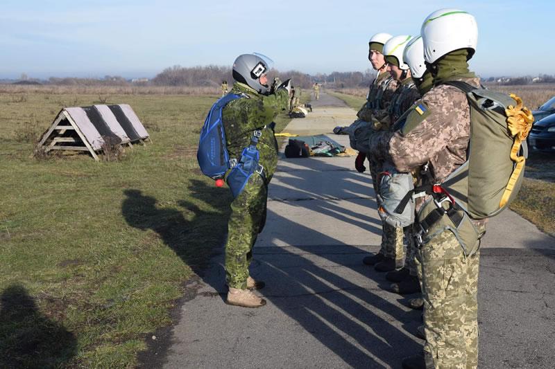 Молодые пилоты испытывают новые парашюты