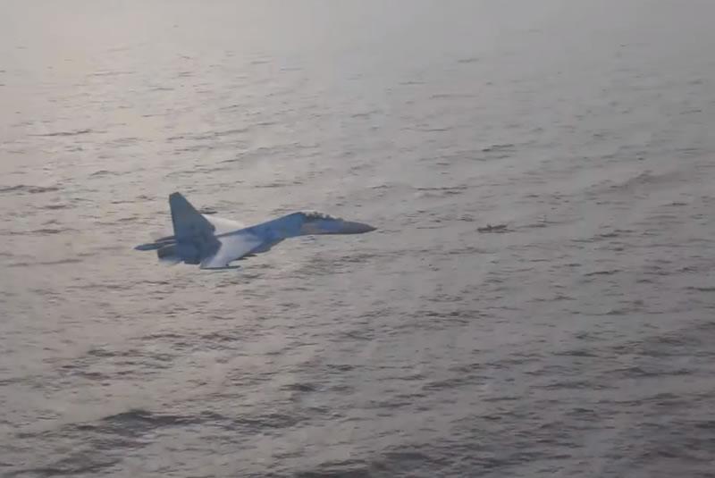 Су-27 сопровождают ракету