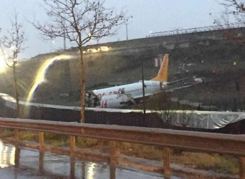 Самолет выкатился в стамбульском аэропорту
