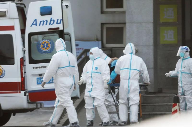 Двух пассажиров из Китая госпитализировали в
