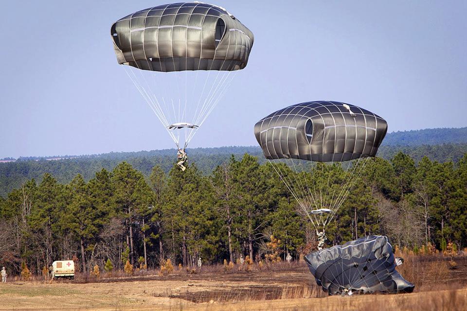 В Украину поступит очередная партия американских парашютов