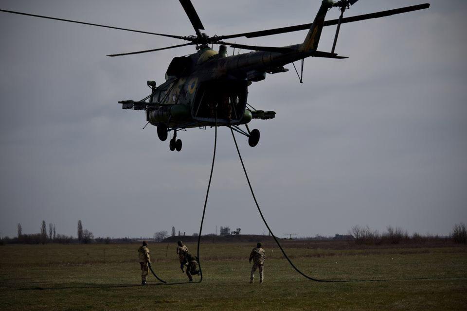 Морские пехотинцы отработали десантирование безпарашутным способом с вертолета Ми-8