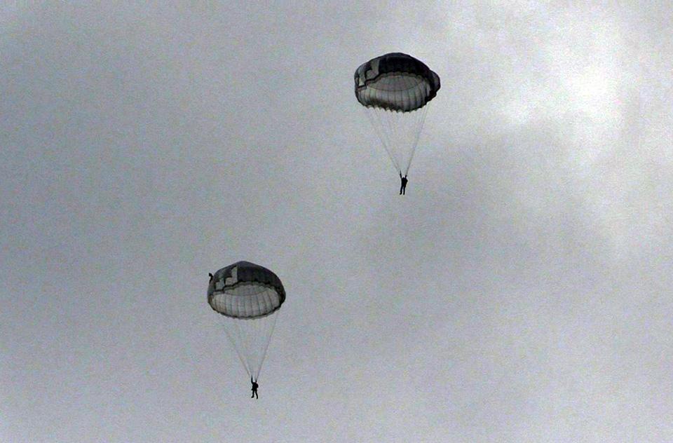 Полеты на самолетах или вертолетах - только после прыжков с парашютом