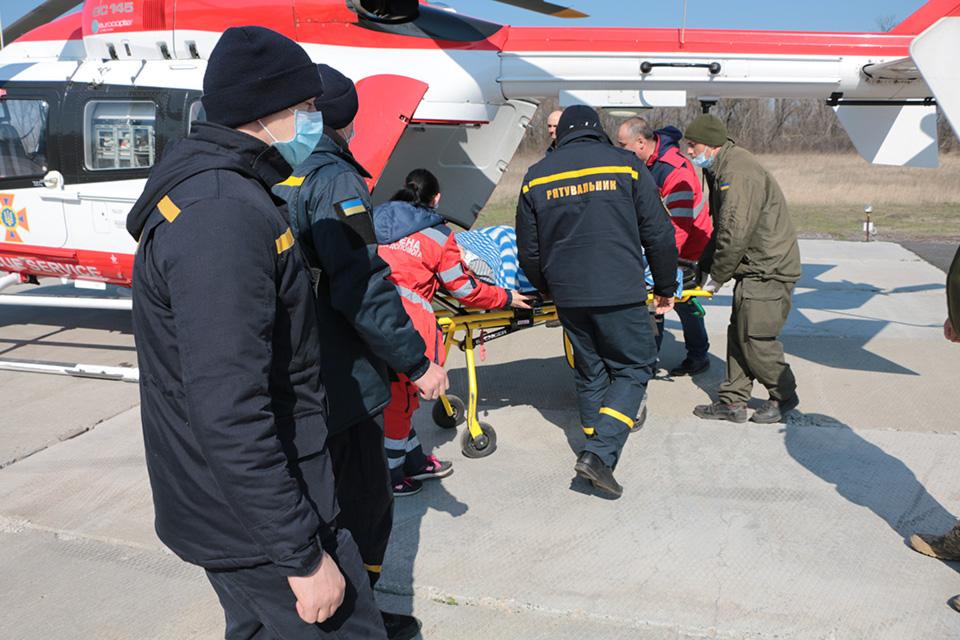 Вертолет спасателей ЕС-145 доставил роженицу в столицу