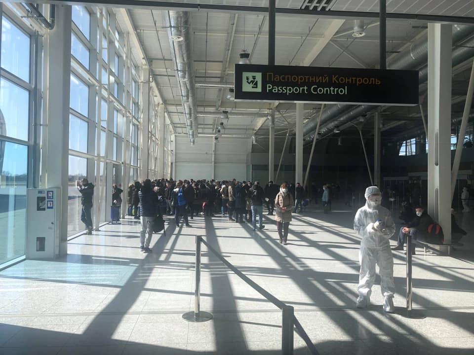 МИД призвал украинцев за границей не покупать авибилеты