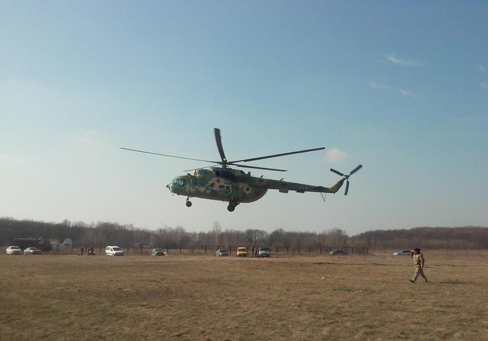 Военные авиаторы и спасатели Воздушных Сил выполнили прыжки с парашютом