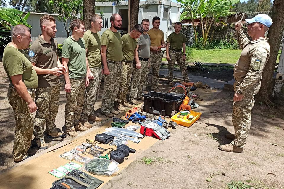 Летный состав украинского миротворческого контингента учится выживать в экстремальных ситуациях