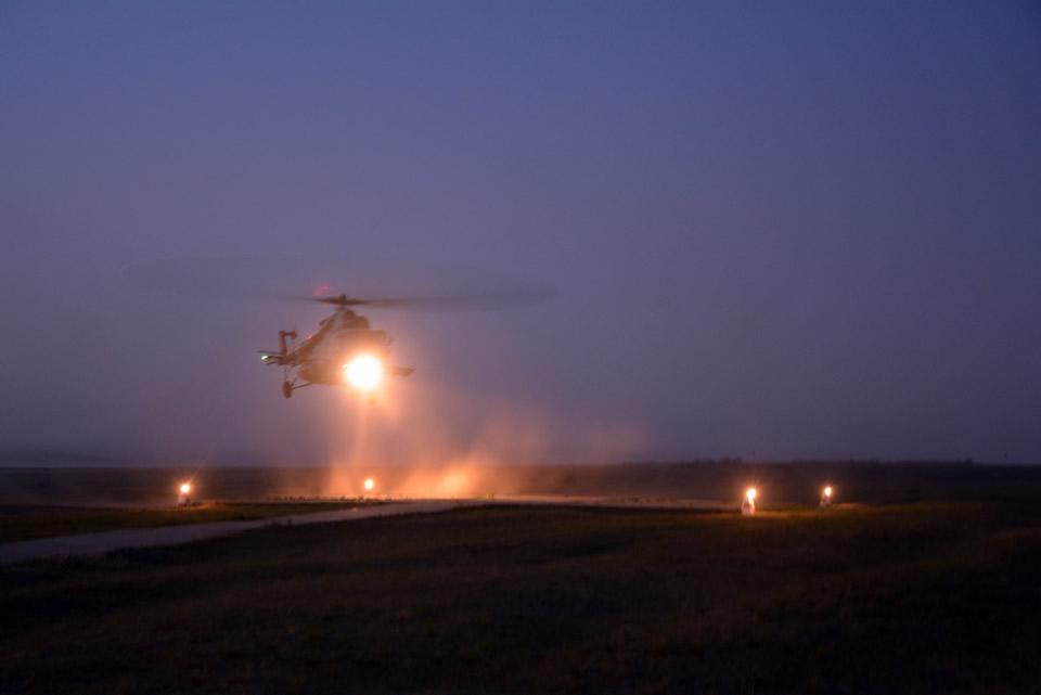 Николаевские десантники выполняют программу парашютных прыжков