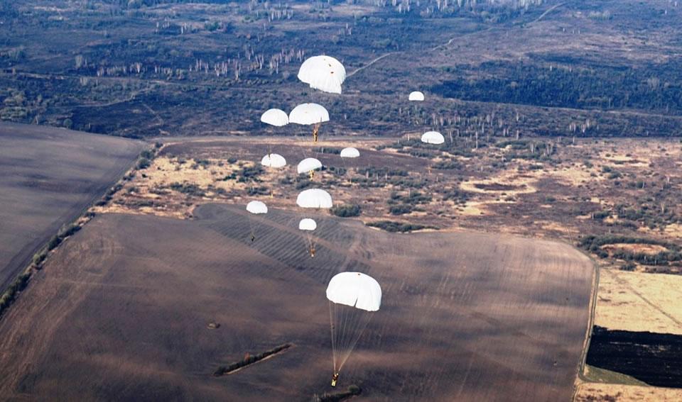 Десантники выполнили прыжки с парашютом