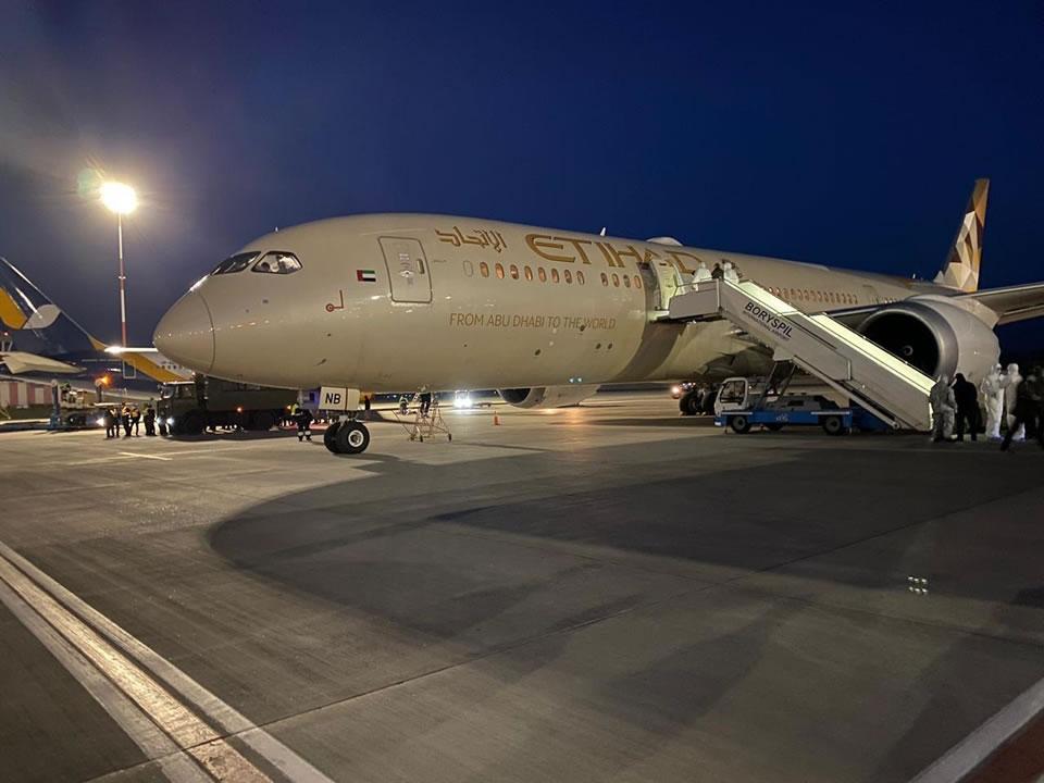 В аэропорт Борисполь прибыл Dreamliner с гуманитарным грузом