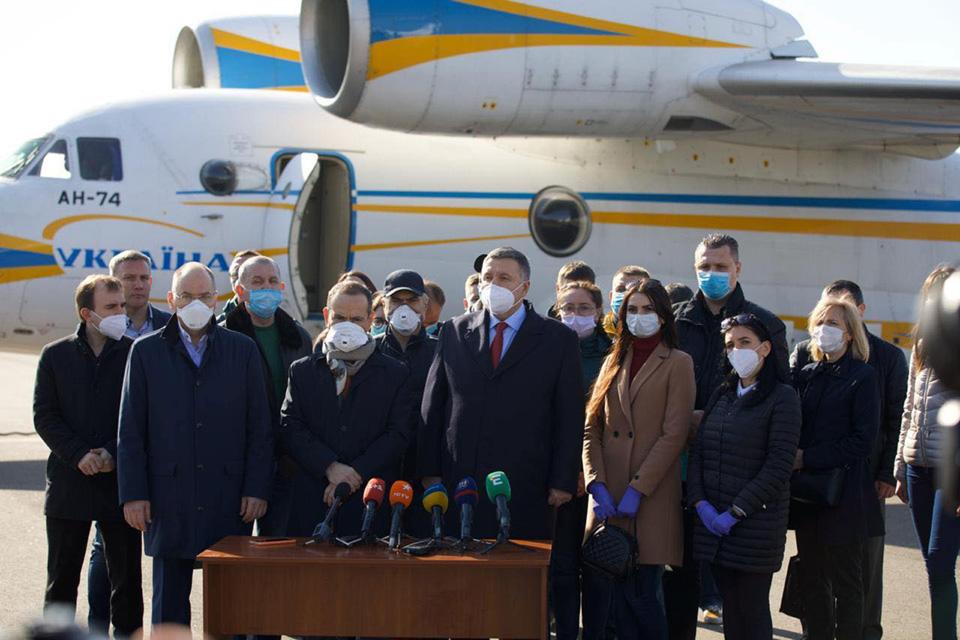 Украина отправила в Италию самолет с медиками-добровольцами