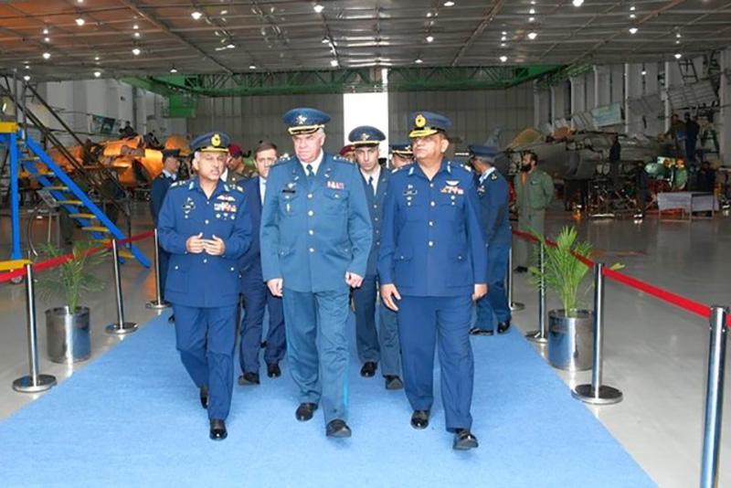 Делегация из Украины посетила производство истребителей JF-17