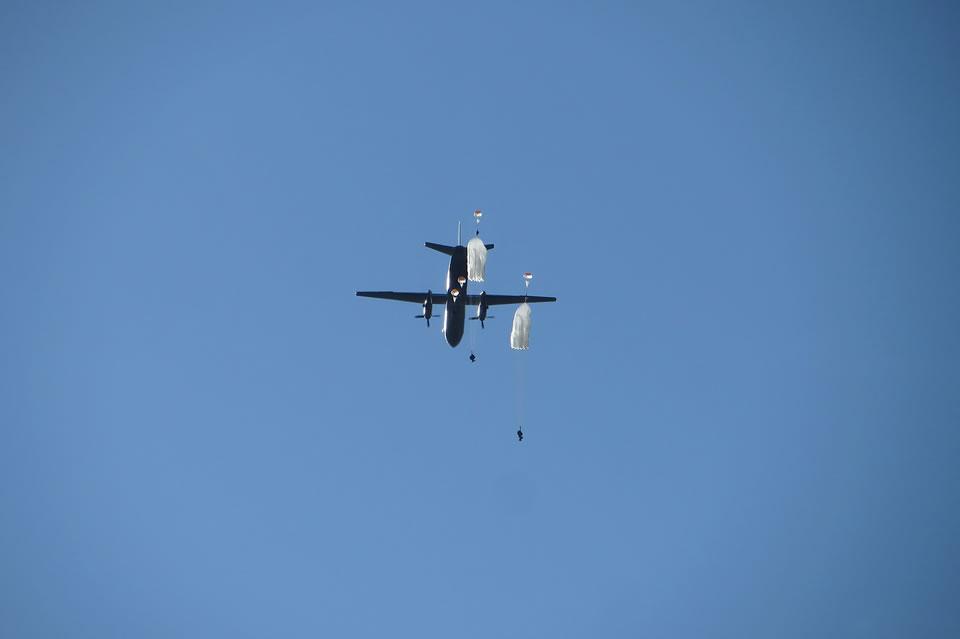 В Винницкой области спасатели Воздушных Сил выполнили прыжки с парашютом