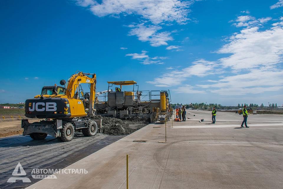 В одесском аэропорту завершена «миссия» бетоноукладчика Gomaco GP4