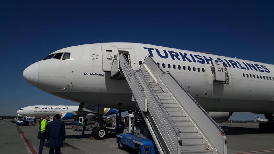 Самолет Turkish Airlines доставил в Украину гуманитарную помощь