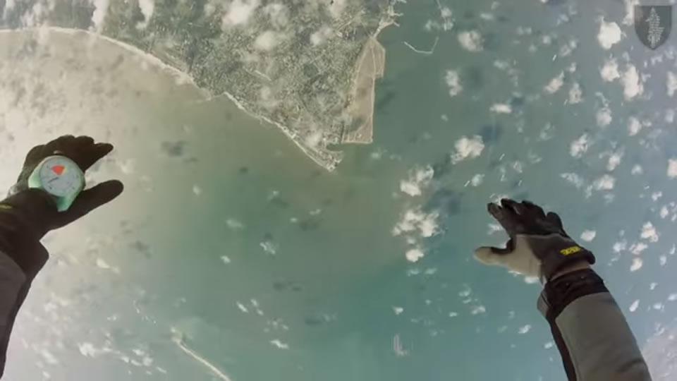 Спецназовцы осваивают парашюты