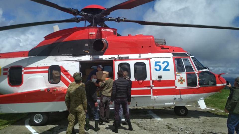 Спасатели доставили вертолетом продукты в пострадавший район