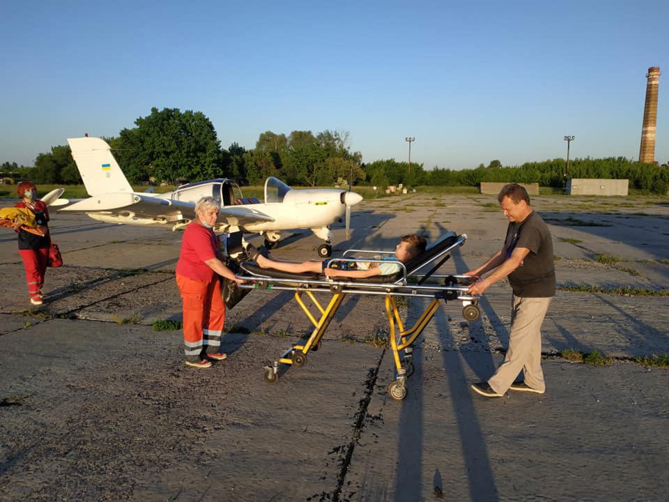 В харьковскую больницу самолетом доставили ребенка с травмой головы
