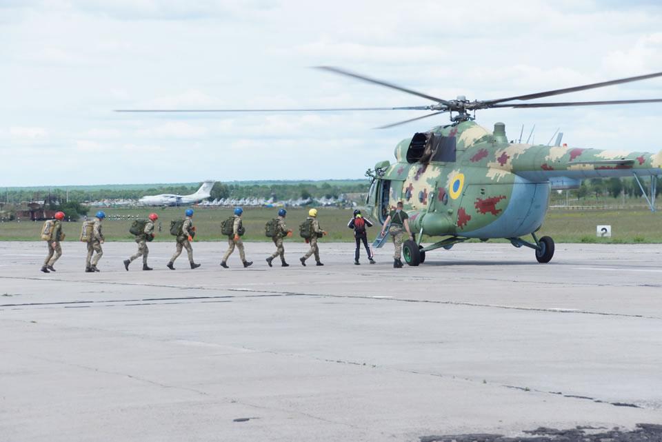 Курсанты-перворазники выполнили прыжки вместе с генералами