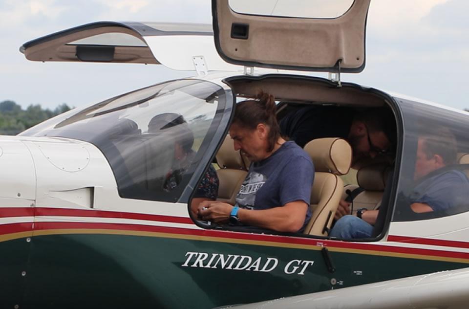 В аэропорту Ужгорода совершил посадку легкий самолет украинского ютуб-блогера Владимира Васильева