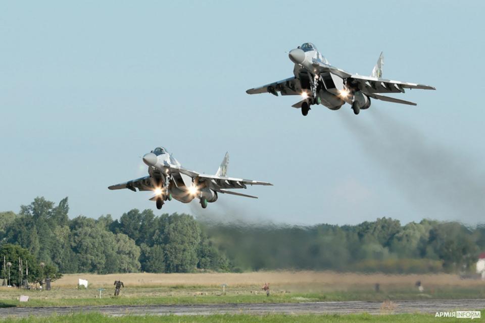 Эскадрилья истребителей «сражалась» за аэродром