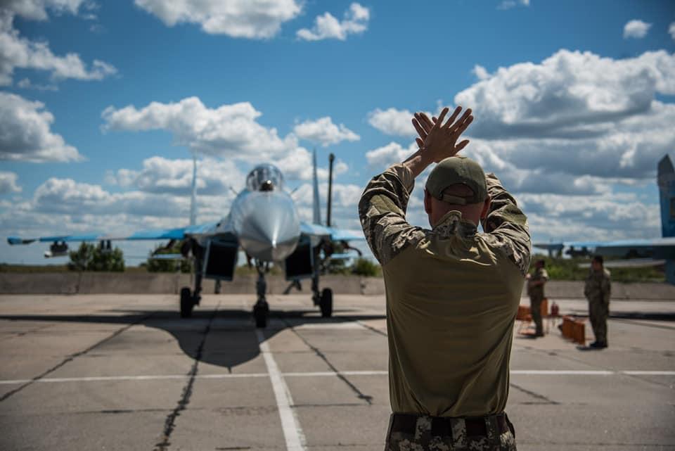 Тактическая авиация отрабатывает групповую слетанность, воздушные бои и работу с оперативных ...