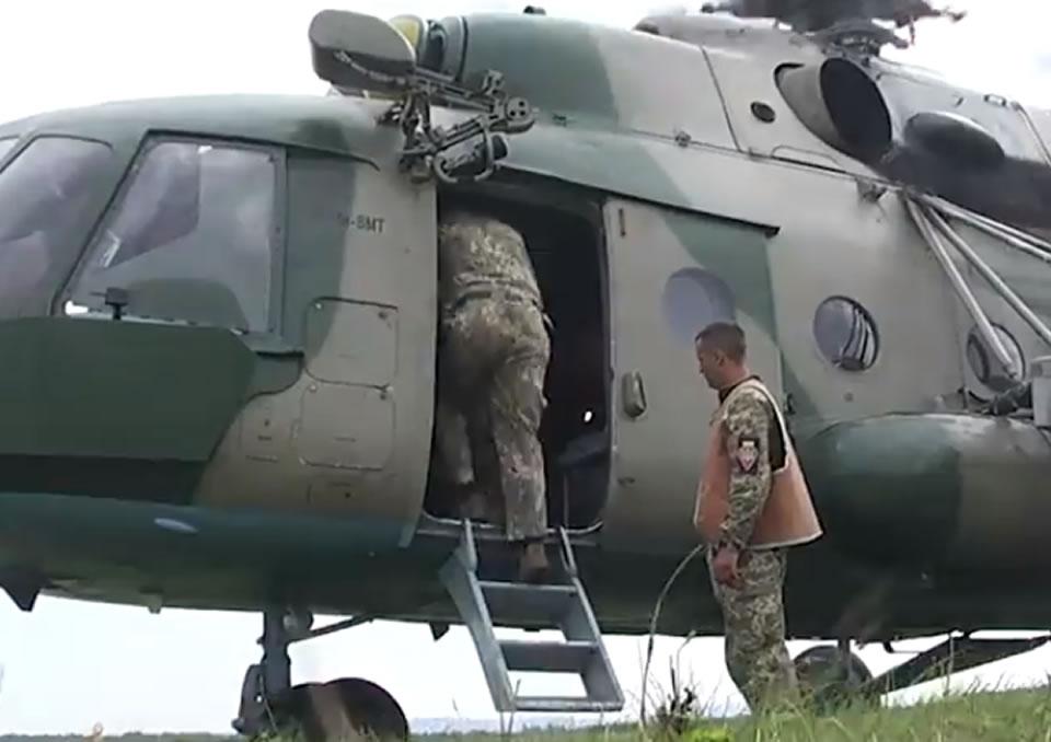 На Буковине воины-десантники выполняют прыжки с парашютом