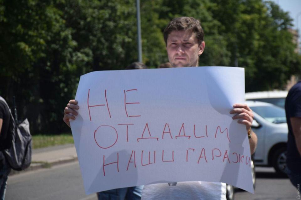 Гаражный конфликт: возле аэропорта Одесса снова перекрыли дорогу