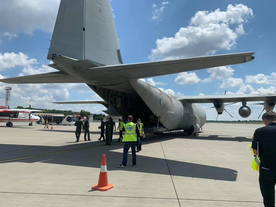 Во львовский аэропорт самолетом прибыла из Италии помощь