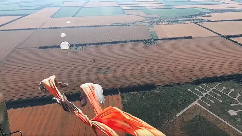 Курсанты НГУ выполнили первые прыжки с парашютом