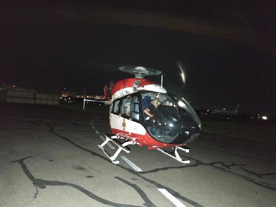 Вертолет ГСЧС доставил в Киев пострадавшую в ДТП девочку