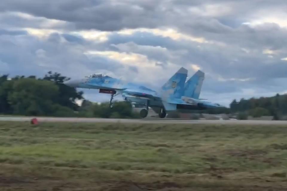 Истребители Воздушных Сил отработали посадку на автотрассу