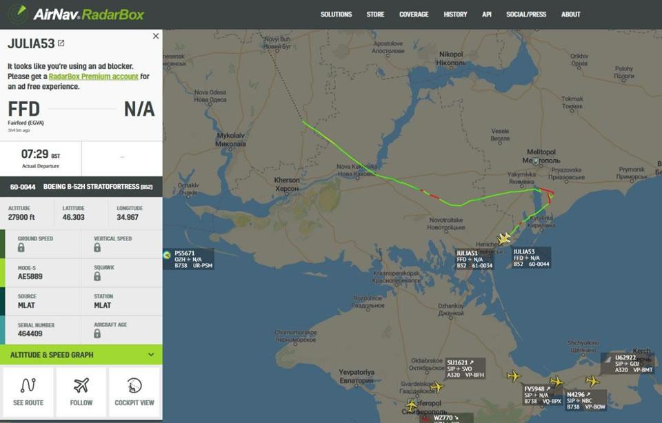 Два стратегических бомбардировщика B-52 США летят над Украиной