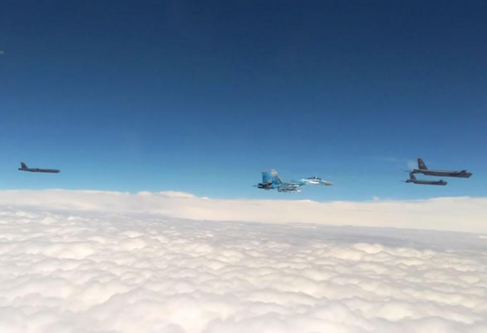 Истребители Воздушных Сил сопровождали B-52 над Украиной