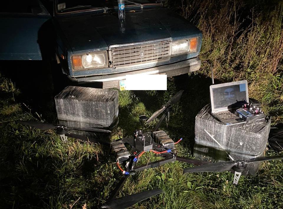 Контрабандисты бросили квадрокоптер, авто и сигареты
