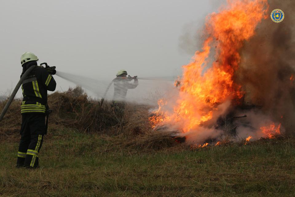 В Черкассах спасатели тренировались тушить пожар на воздушном судне