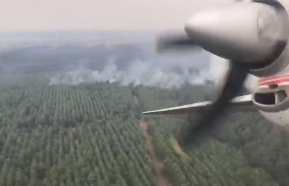 Заход пожарных самолетов Ан-32П на боевой курс для сброса воды - видео из кабины
