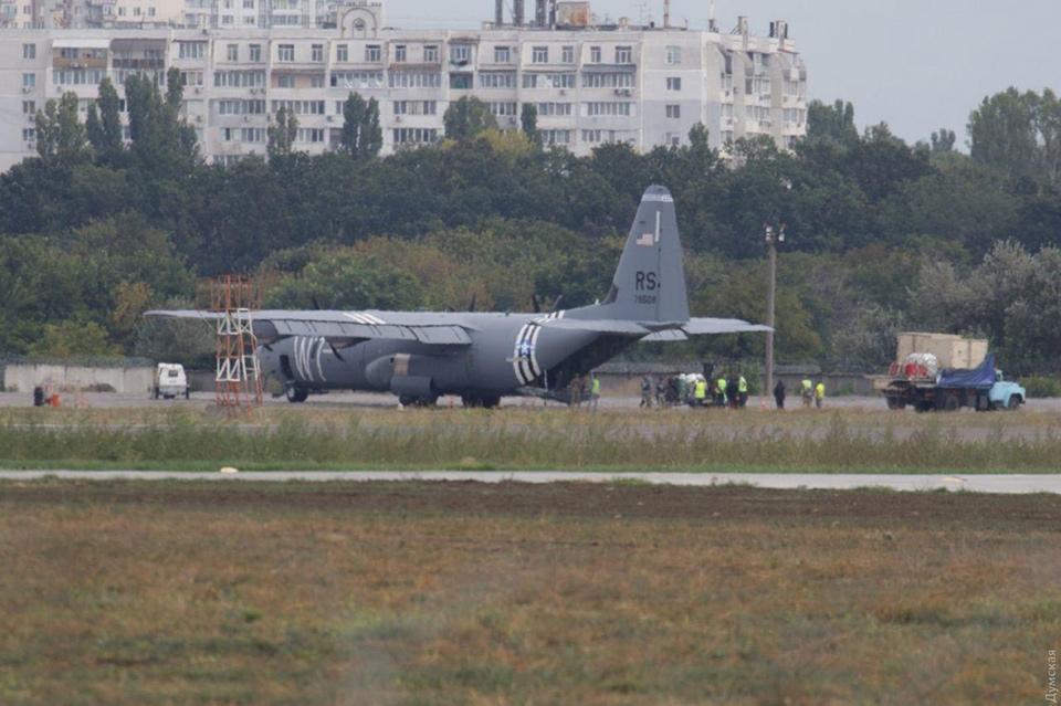 В Одессе совершил аварийную посадку американский военно-транспортный самолет