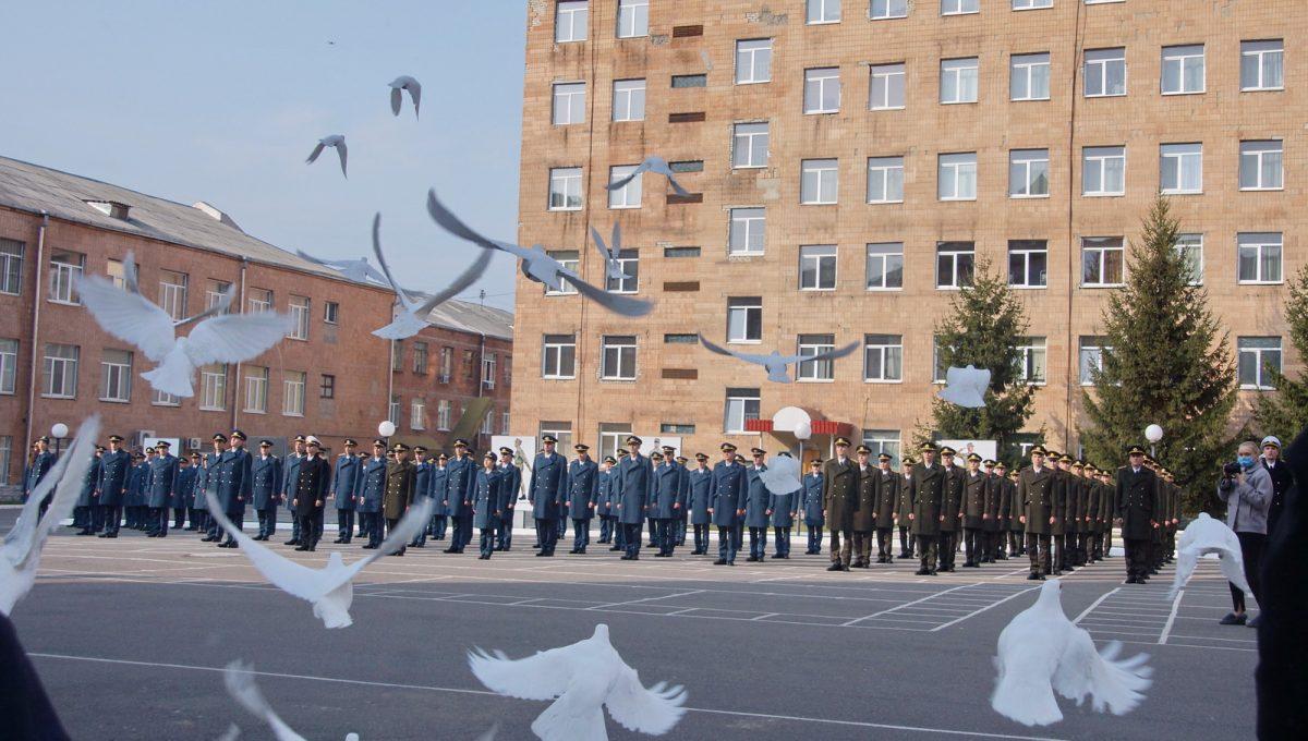 В Харькове состоялся выпуск лейтенантов летного факультета
