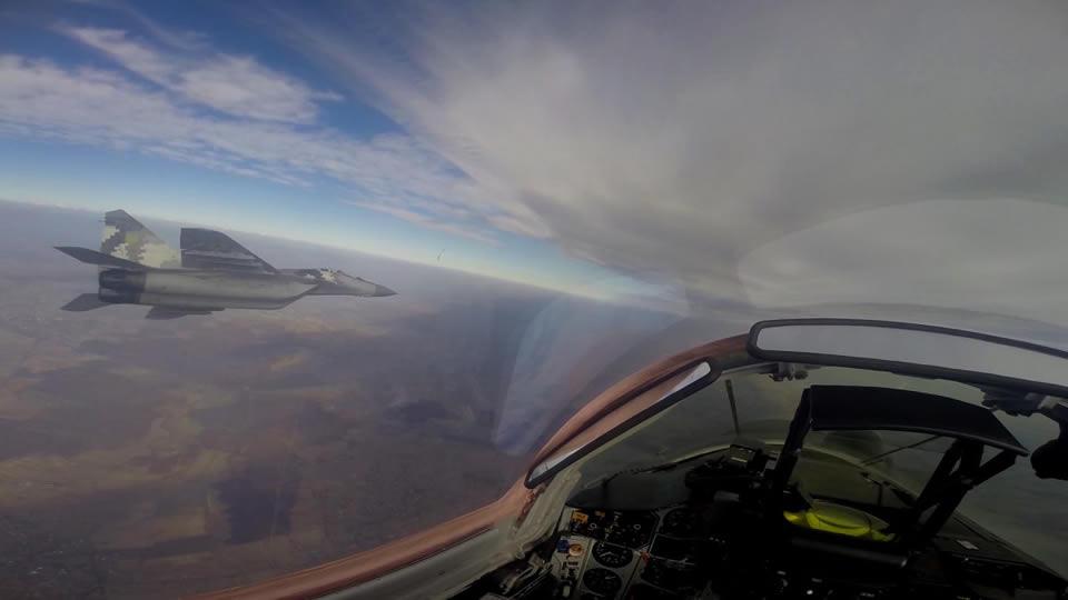 Пилоты МиГ-29 отрабатывают ведение воздушных боев
