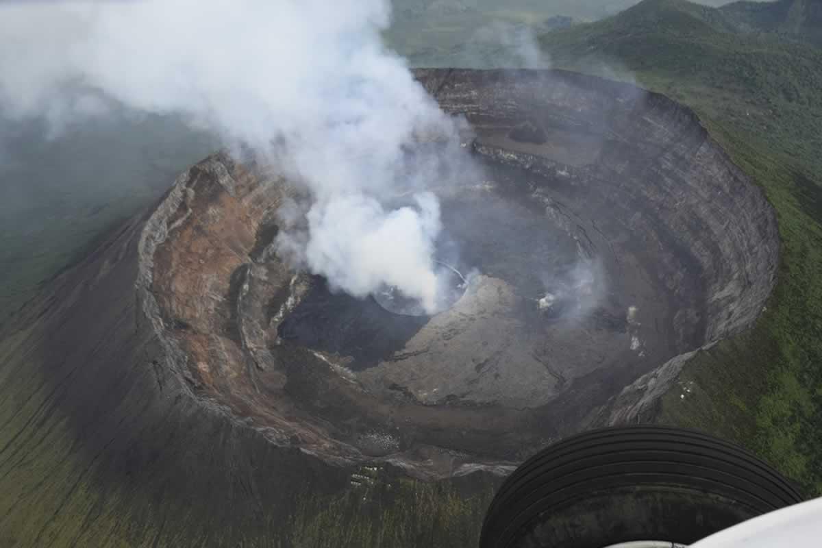 Украинские вертолетчики высадили ученых в кратер вулкана Ньямлагира