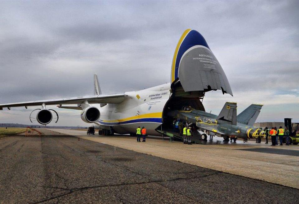 Украинский Ан-124 доставил истребители F / A-18 в Канаду