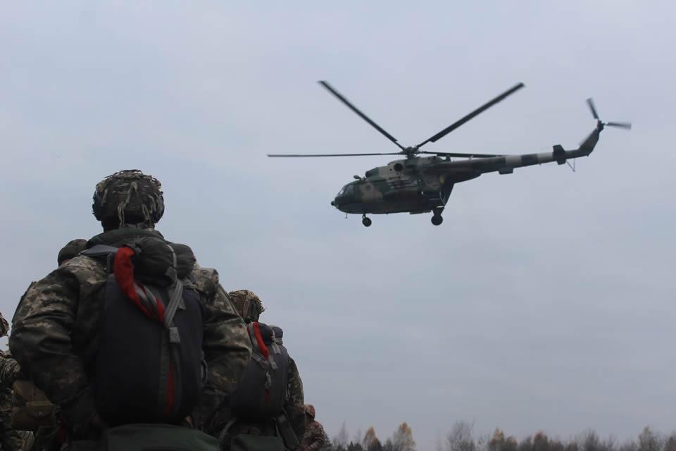 На Житомирщине десантники выполняют прыжки с парашютом