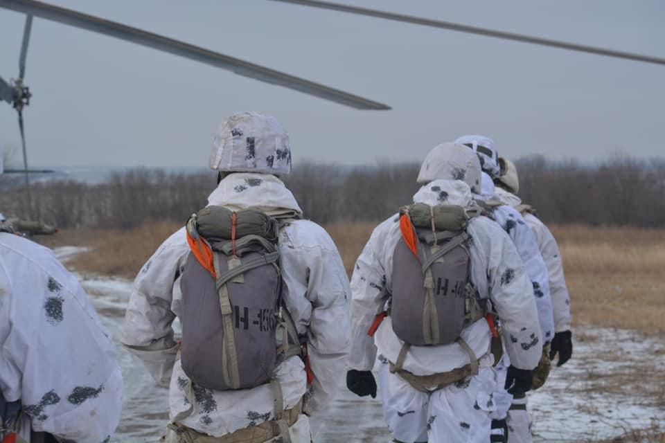 Десантники 81 бригады выполняют прыжки с парашютом