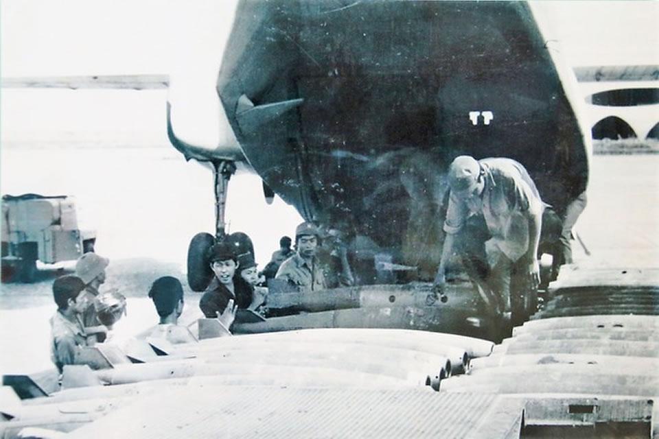 Погрузка бомб на Ан-26 для боевых вылетов в Камбодже, 1984 г.