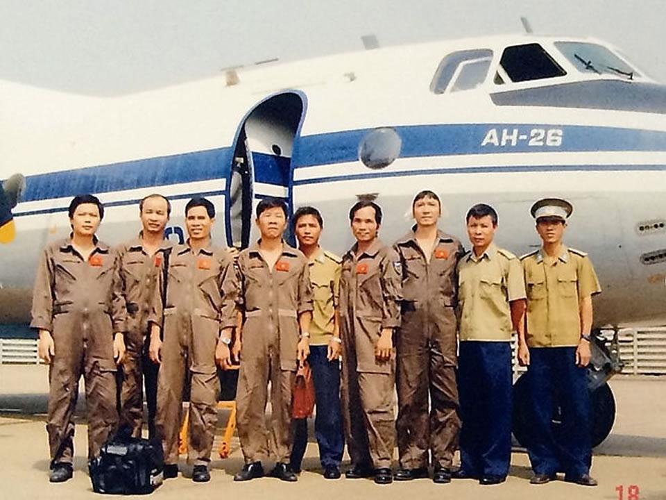Экипаж Ан-26 после морского полета. Капитан Нгуен Ань Сон - третий справа