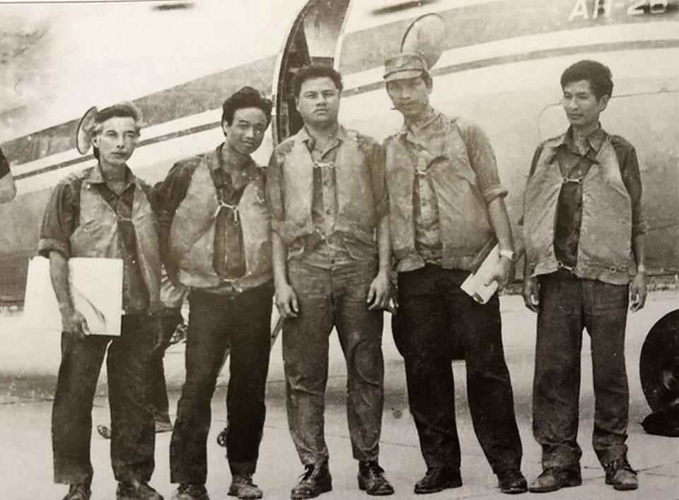 Экипаж Ан-26 после полета для выполнения разведывательного задания в Чыонг Са